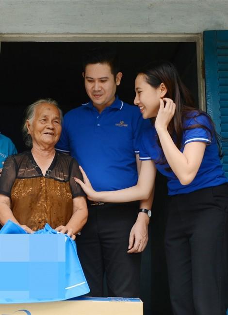 Quán quân Kim Thảo không kiềm được xúc động khi thăm các mẹ Việt Nam anh hùng