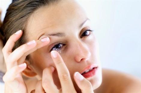 Người phụ nữ 'để quên' 27 kính áp tròng trong mắt suốt 35 năm