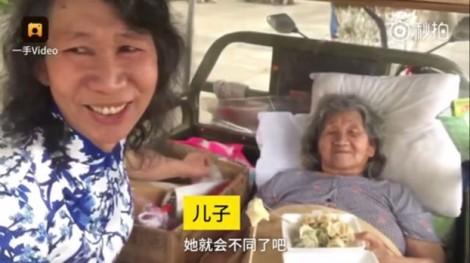 Mặc váy, giả làm chị gái suốt 20 năm để chăm sóc mẹ già