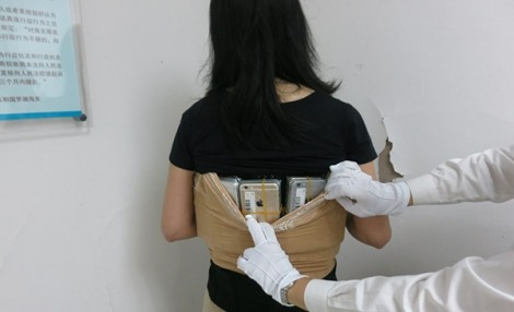 'Nữ tặc' quấn 102 chiếc iPhone quanh người để buôn lậu