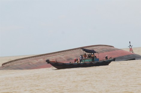 Hiện trường vụ chìm tàu chở than khiến 13 người mất tích ở Nghệ An