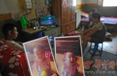 Bé 2 tuổi bị bắt cóc ngay trong nhà, cha quỳ gối xin công an giúp đỡ
