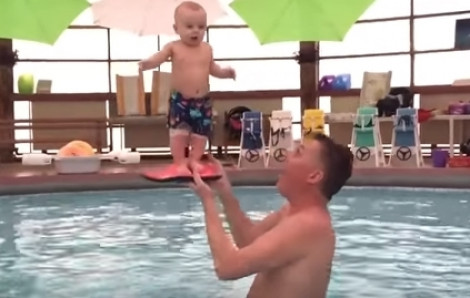 Xem thầy giáo 'phù phép' trẻ 3 tháng tuổi đứng trên bàn tay