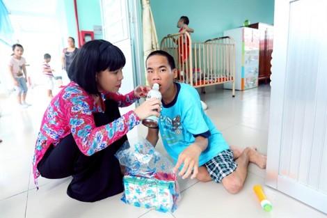Việt Hương cùng chồng kỷ niệm 11 năm ngày cưới bằng chuyến đi từ thiện