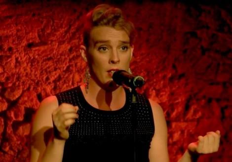 Nữ ca sĩ người Pháp ngã chết ngay trên sân khấu
