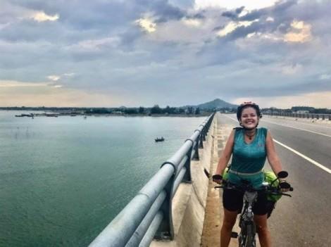 Cô gái nước ngoài đạp xe xuyên Việt bật khóc vì mất xe ở Sài Gòn