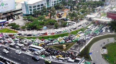 Kẹt xe nửa ngày cửa ngõ sân bay Tân Sơn Nhất: Đừng đổ lỗi do tai nạn