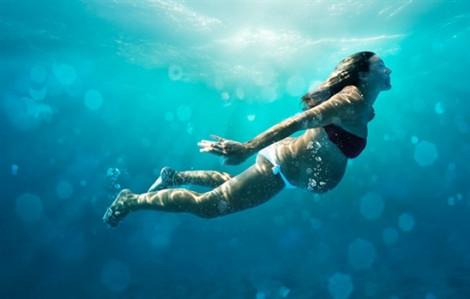 5 lợi ích cho bà bầu bơi lội