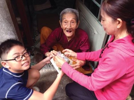 Người cán bộ Hội mỗi ngày  đưa cơm cho  người già