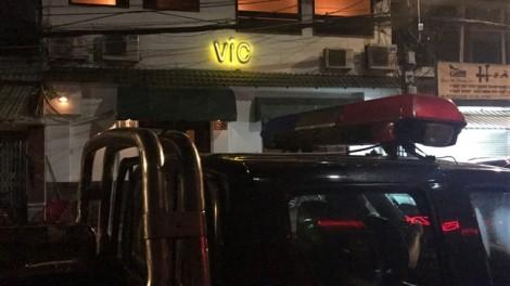 Hàng chục tiếp viên mặc áo dài 'tiếp khách' trong quán bar