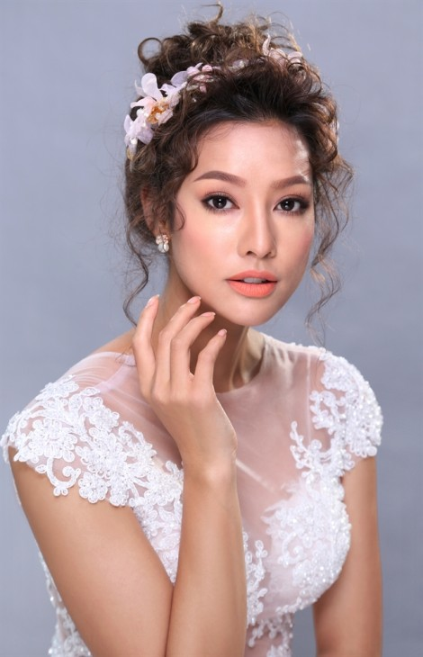 Hồ Khanh 'phù phép' Lilly Nguyễn thành cô dâu xinh đẹp