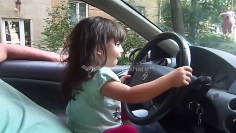 Cha bất tỉnh trên vô lăng, bé gái 7 tuổi lái xe vào vùng an toàn