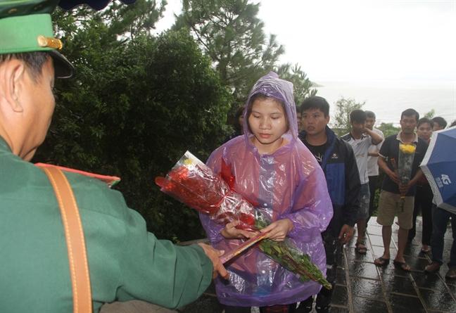 Hang ngan nguoi doi mua toi vieng mo Dai tuong Vo Nguyen Giap sau bao