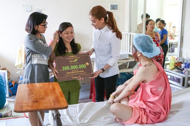 Phia sau cau chuyen Truong Ngoc Anh khong trao 300 trieu cho nu sinh bi tat axit nhu da hua