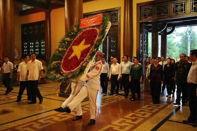 Chu tich Quoc hoi Nguyen Thi Kim Ngan tham, tang qua gia dinh liet si, thuong binh tai TP.HCM