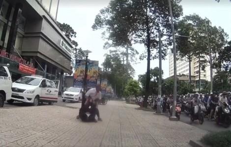 Clip tài xế taxi ẩu đả với nhân viên điều hành giữa đường phố Sài Gòn