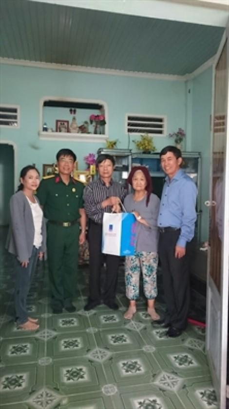 Huyện Củ Chi: Thăm hỏi, tặng quà 16 gia đình chính sách