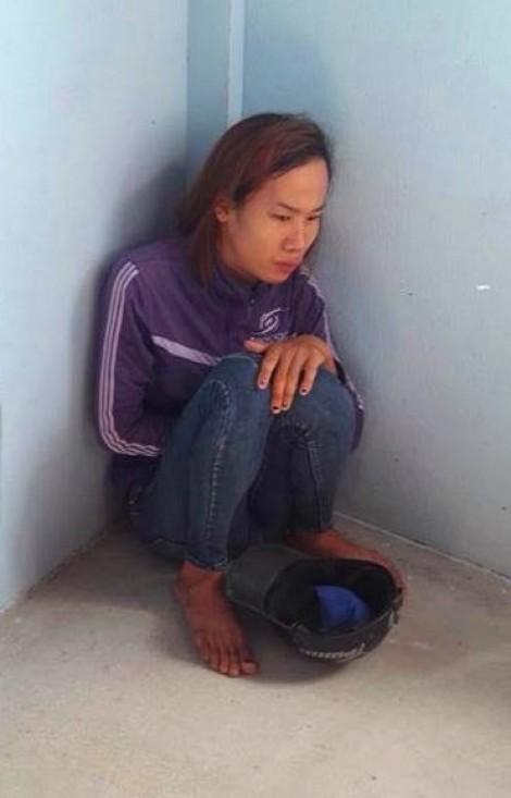 Người dân vây chặt một phụ nữ vì nghi bắt cóc trẻ em khi đi trộm cắp