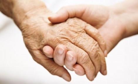 Người phụ nữ một mình chăm sóc bố mẹ chồng bại liệt và người chồng mù