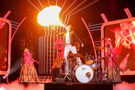 Hết dẫn chương trình, Đại Nghĩa lại hát nhạc rock và... phun lửa