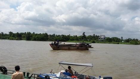 Xà lan đụng ghe gỗ trên sông Sài Gòn, 2 người mất tích