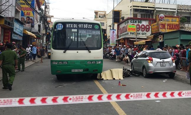 Tai xe o to mo cua au lam co gai chet tham o Binh Duong