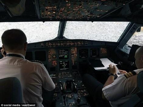 Không thấy đường băng, phi công vẫn cho máy bay hạ cánh
