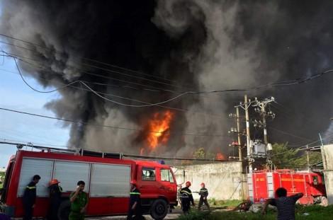 Hơn 100 chiến sĩ 'vật lộn' với vụ cháy lớn nhà xưởng ở ngoại ô Sài Gòn