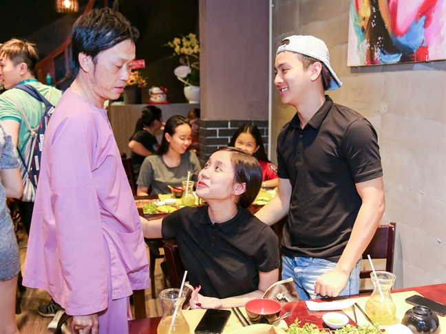 Ban gai Hoai Lam le phep chao hoi, om chat bo nuoi Hoai Linh