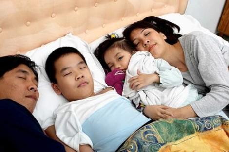 Cho trẻ ngủ riêng: Bố mẹ đồng tình, ông bà nội phản đối