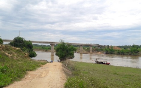 Cầu hơn 160 tỷ dở dang, dân đánh cược mạng sống chèo đò qua sông