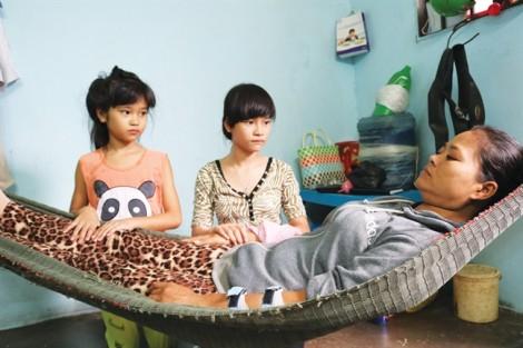 Hai phụ nữ nghèo mong được giúp chữa bệnh