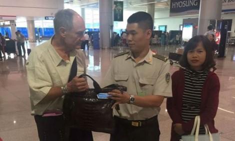 Trả lại hơn 400 triệu cho du khác nước ngoài bỏ quên ở sân bay