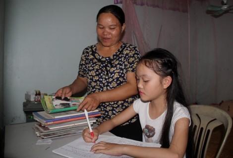 Mẹ bỏ việc nhà, đi rửa chén thuê kiếm tiền thực hiện ước mơ của con gái