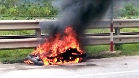 Nam thanh niên tự đốt xe ngay trên quốc lộ gây náo loạn