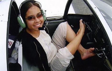 Vượt qua nghịch cảnh, người phụ nữ không tay vẫn lái máy bay