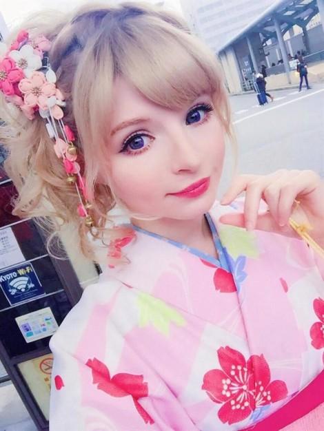 Cô gái Anh xinh đẹp vượt qua mặc cảm khi hóa thân thành búp bê Nhật