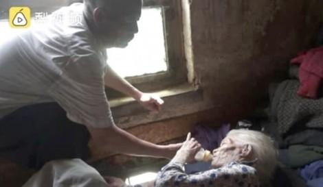 Con trai 65 tuổi đút bình sữa cho mẹ già trăm tuổi khiến nhiều người nghẹn ngào