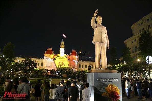 Anh sang lung linh tru so UBND TP.HCM mung ky niem 50 nam thanh lap ASEAN