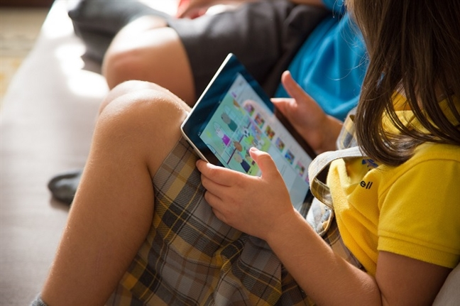 Bi thu iPad, be gai 9 tuoi tu giat toc troc loc, troc ca da dau