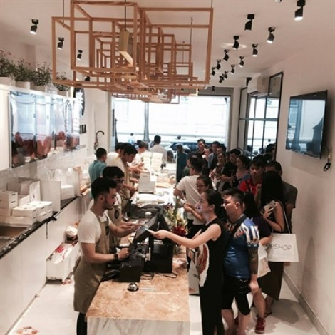 Chờ 45 phút chỉ được mua một miếng bánh bông lan Đài Loan tại Sài Gòn