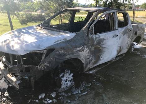 Ôtô bán tải bốc cháy dữ dội trước cổng Viện kiểm sát