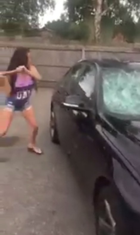 Phát hiện chồng lăng nhăng, vợ dùng búa tạ đập tan nát xe BMW