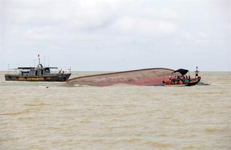 Lật tàu chở gần 5.000 tấn than: Lo ngại 10.000 lít dầu tràn ra biển khi trục vớt