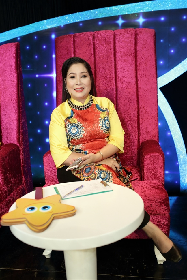 Hong Van: 'Cha me noi tieng, con cai theo nghe chua chac de dang'