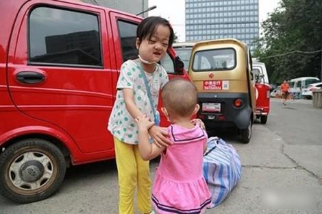 Thân mang trọng bệnh nhưng chị gái vẫn xin cha để dành tiền cứu em