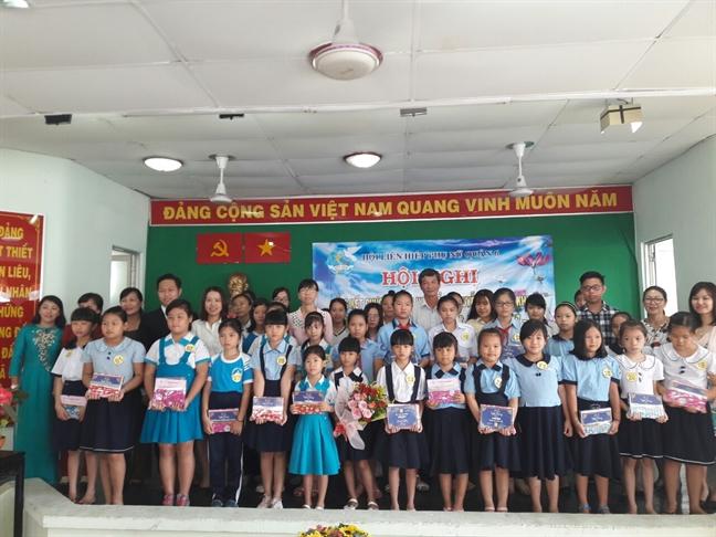 Trao 87 suat hoc bong Nguyen Thi Minh Khai cho hoc sinh, sinh vien ngheo