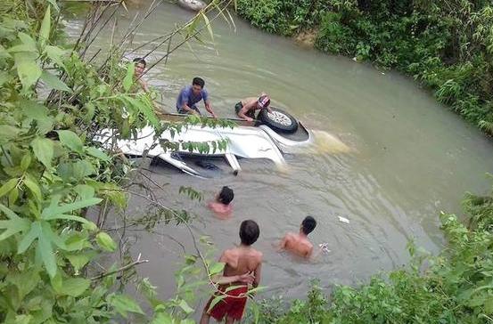 Truy tang bang khen Thu tuong cho 2 can bo tu vong khi di khac phuc mua bao