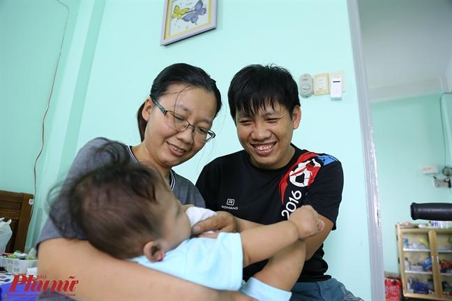 Thai phu mang thai 8 thang bi xe tai chen qua bung hanh phuc khi duoc be con