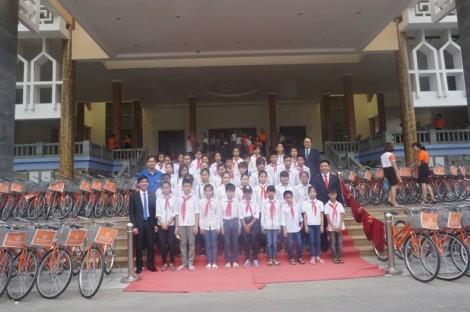 Hanwha Life Việt Nam trao tặng xe đạp cho trẻ em nghèo